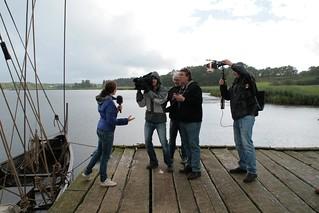 Rahseglertreffen Vorbereitungen - NDR Fernsehteam auf der Landebrücke unten am Hafen von Haithabu - Museumsfreifläche Wikinger Museum Haithabu WHH 12-07-2012