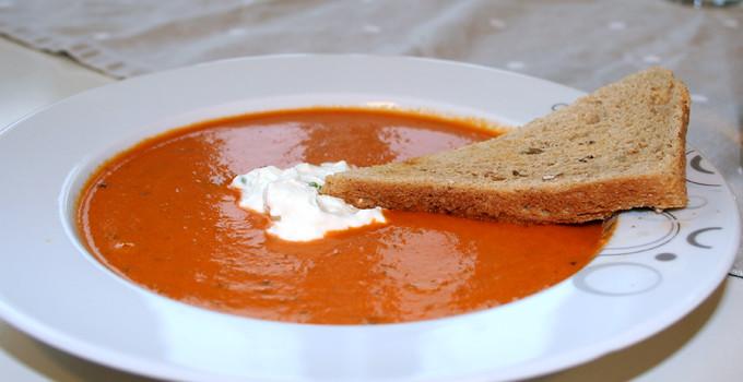 Krämig tomatsoppa med fetaostkräm