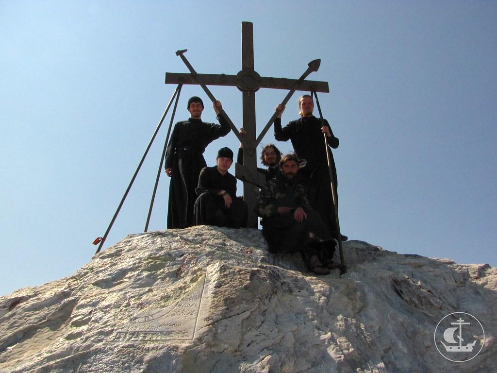 С коломенскими семинаристами и послушником Иоанном у креста