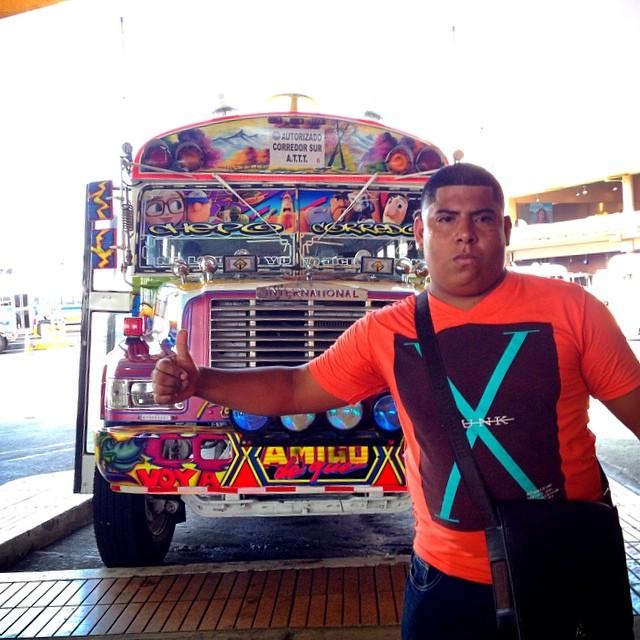 Это не прикол, это действительно рейсовый пригородный автобус! И мы ехали на нем в джунгли. Внутри все окна нараспашку и неимоверная духота, а еще на всю валит музло. Это чума. #panama #jungle #wow #bus