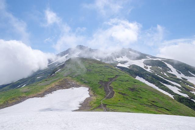 山頂と外輪山の雲が切れてきた@御田ヶ原雪渓より