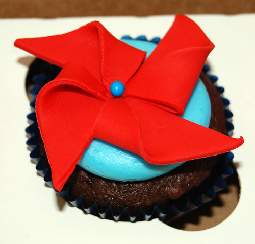 pinwheel cupcake for beach party cupcake tower