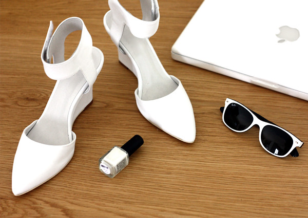 white_shoes_nailpolish_rayban_macbook