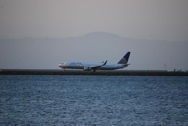 Boeing 737-900 - one loooong galoot! United markings, landing runway 28, SFO