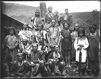 Bunun_by_Torii Ryuzo 著正裝的布農族人,鳥居龍藏攝於1900年