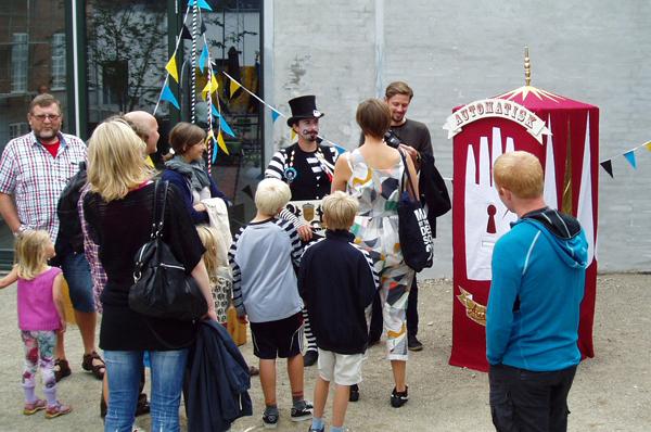 curious visitors form a queue