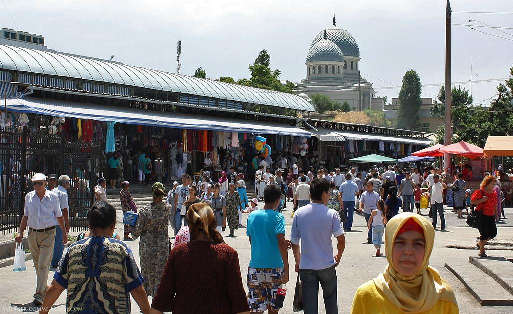 Le marché de Tachkent est très coloré, que ce soit les produits vendus ou les passants.