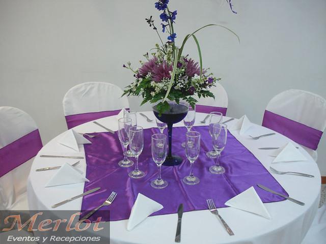 Centro de mesa con copa en cristal y flores naturales for Copas de cristal