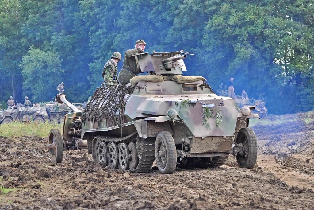 SdkFz 251:10 towing PaK 40