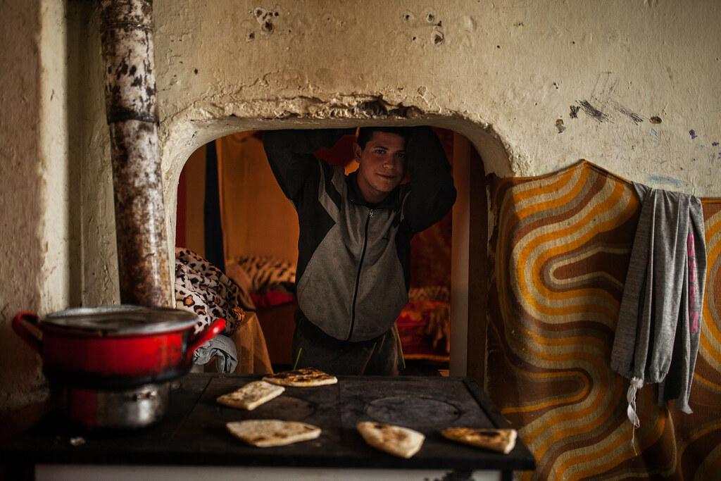 Vakaró készül az egyik család fűtésre is használ spárherdjén | Fotó: Magócsi Márton
