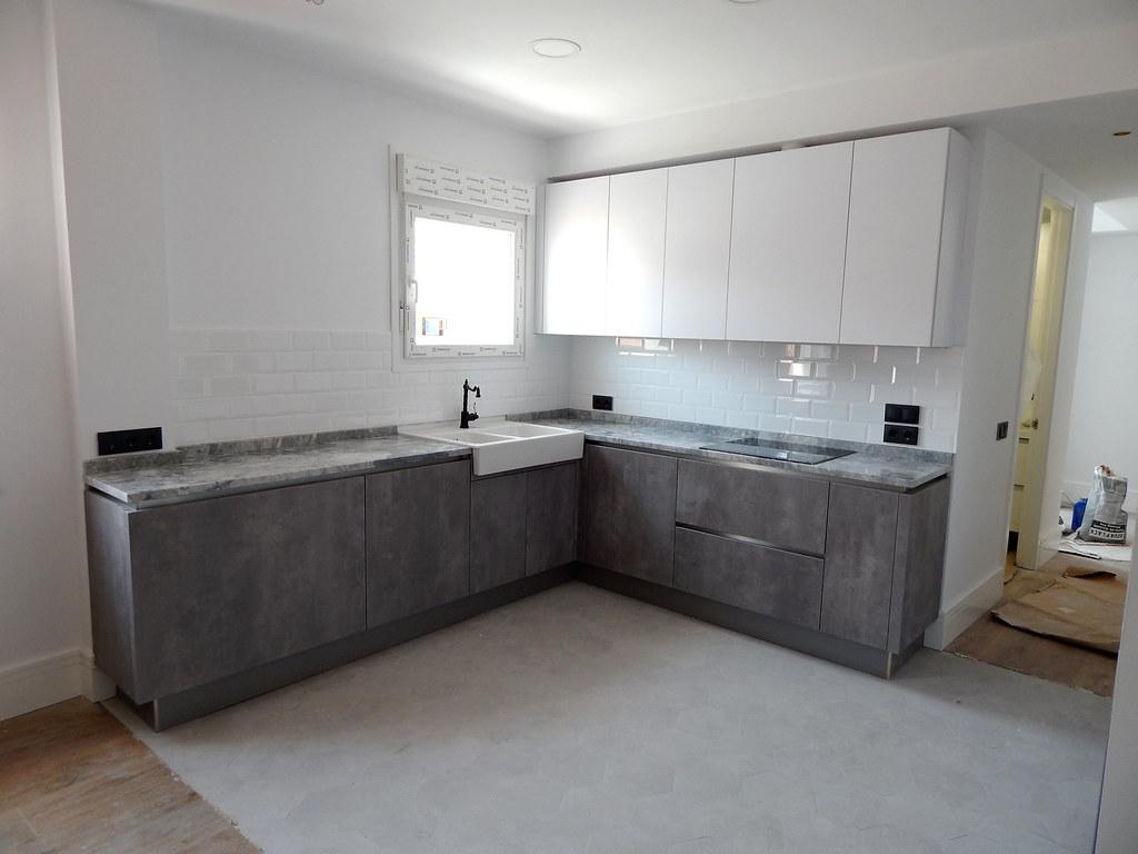 Muebles de cocina blanco y hormig n for Muebles blancos y grises