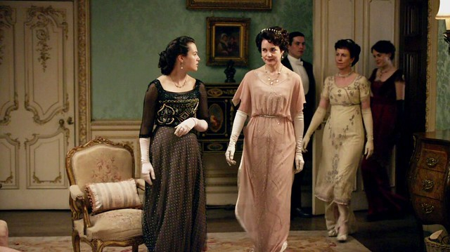 DowntonAbbeyS01E05_Corapinkeveningdown