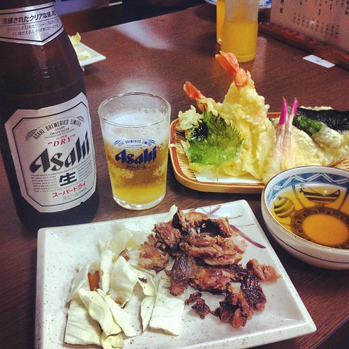 Mi comida de hoy: cerveza Asahi, yakitori y tempura. #kyoto #japan #yakitori #biru #tempura #asahi