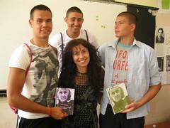 con Yordan Dean y Dinko regalandoles el poemario traducido