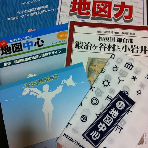 今日の #戦利品 など。手ぬぐいと廃盤地図のメモ帳は嬉しいね。