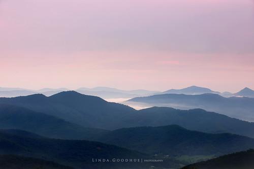 mist mountains fog contrast landscape colours northcarolina blueridgeparkway pisgahmountain lindagoodhuephotography