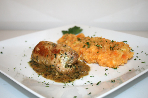 48 - Schnitzelröllchen mit Bärlauch-Frischkäse-Füllung - Seitenansicht / Pork cutlet rolls stuffed with wild garlic and cream cheese - Side view