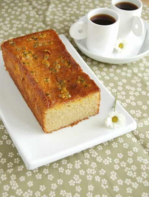 Almond and passion fruit drizzle cake / Bolo de amêndoa e maracujá