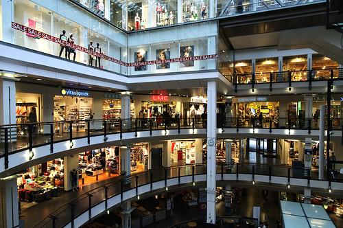Er folk lei av å bruke dagene sine på steder som dette, kjøpesenteret Oslo City? (Foto: Aktiv i Oslo/flickr)