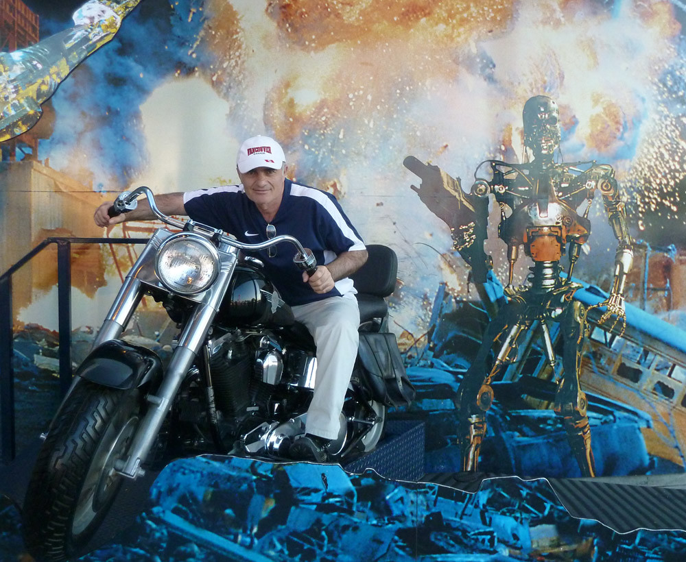 universal studios tour  Каждый примеряет мотоцикл шварца-терминатора на себя