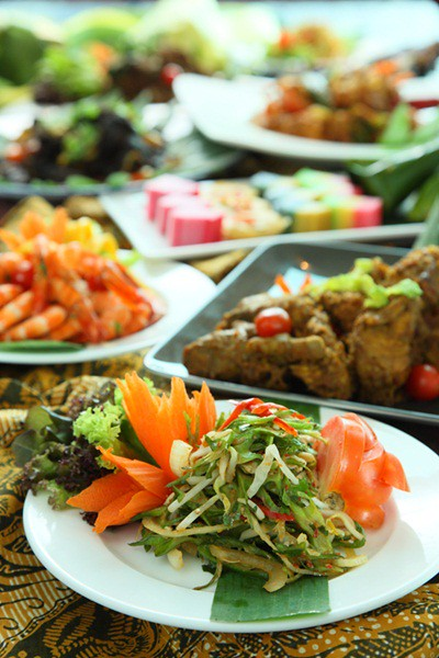 Kerabu Kacang Botol, Rendang Ayam, Kerabu Udang Mangga Muda and Aneka kuih Melayu