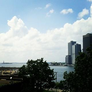 ブルックリンからマンハッタンを眺めてます。端っこにちっちゃ〜く、自由の女神、見えます?