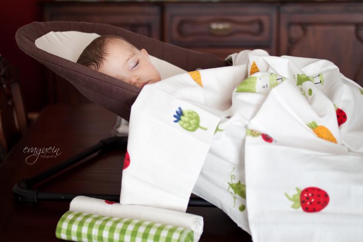 20120805Val-duerme-hamaca-sobre-mesa-cocina-mantita-ikea001-R3-BLOG