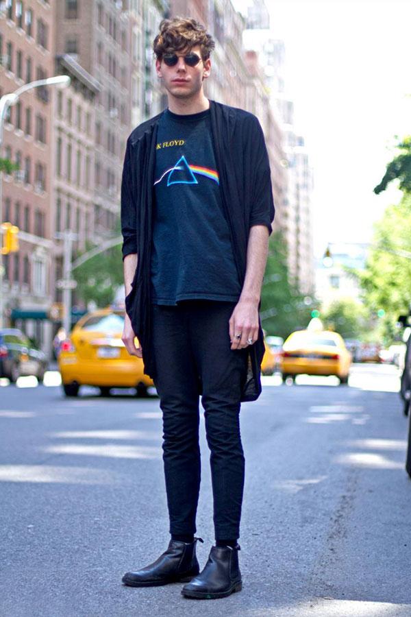 黒ロングカーディガン×黒ピンクフロイドTシャツ×黒スキニー×黒サイドゴアブーツ