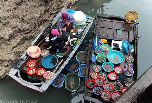 Women selling fresh fish by Ðau Go Cave