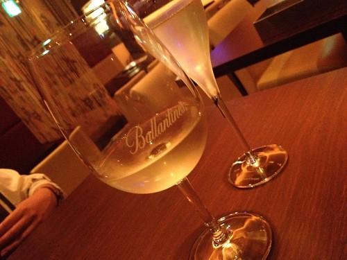 スタートは白ワインとスパークリングワインで乾杯@マンダリーノ