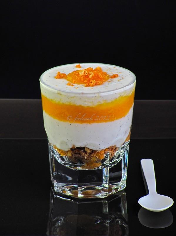 Bicchierini con yogurt e pesche al miele e zenzero