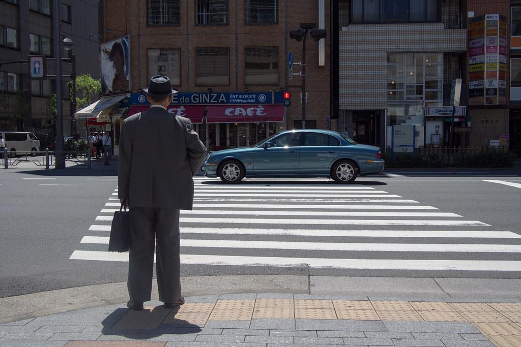 信号待ちの老人とジャガー OMD71109