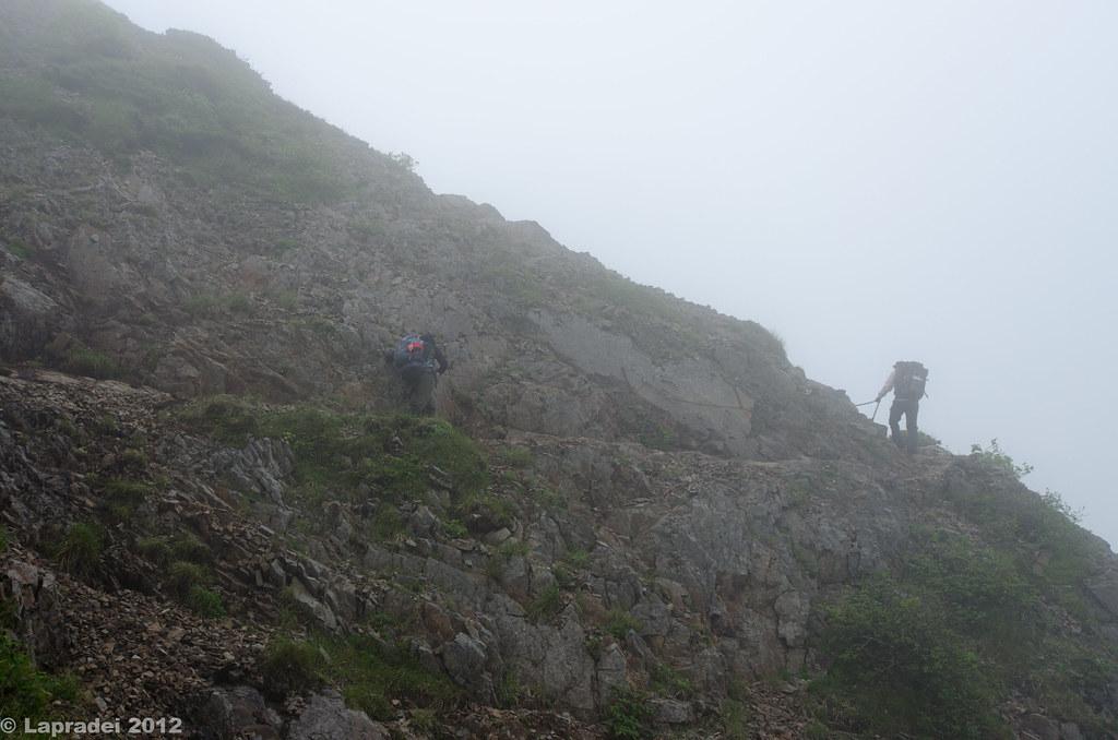 ガスガスの登山道