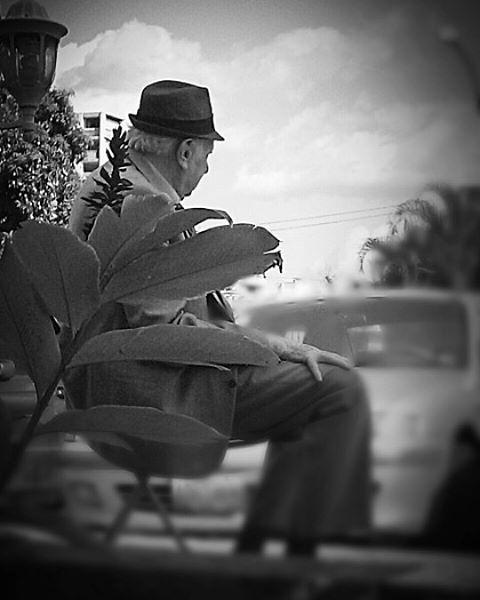Lástima que no se dejó ver la cara. Sin título. — #bnw, #blackandwhite, #streetphotography, #streetphotovenezuela, #candid , #oldman , #instacool
