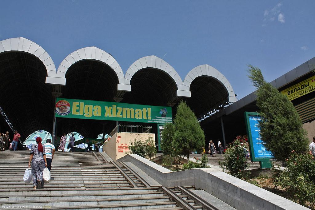 En haut du grand escalier, l'entrée du Bazar de Chorsu.