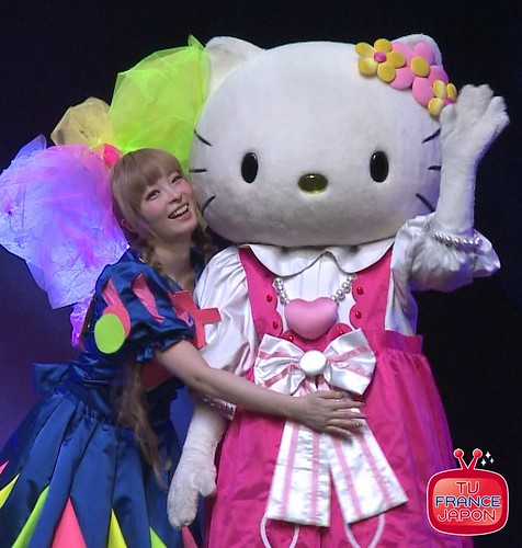 KYARY PAMYU PAMYU KISS HELLO KITTY AT JAPAN EXPO 2012