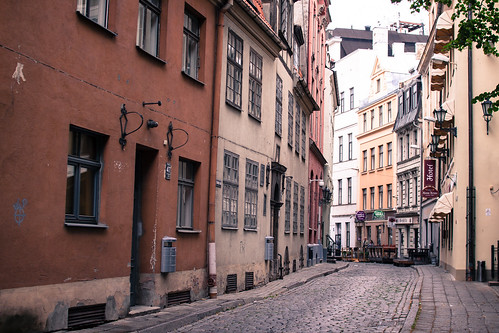 street old trip travel house color building beautiful digital canon photography hotel town alley f14 sigma structure latvia cobble cobblestone narrow riga passageway 30mm sigma30mmf14exdchsm 50d