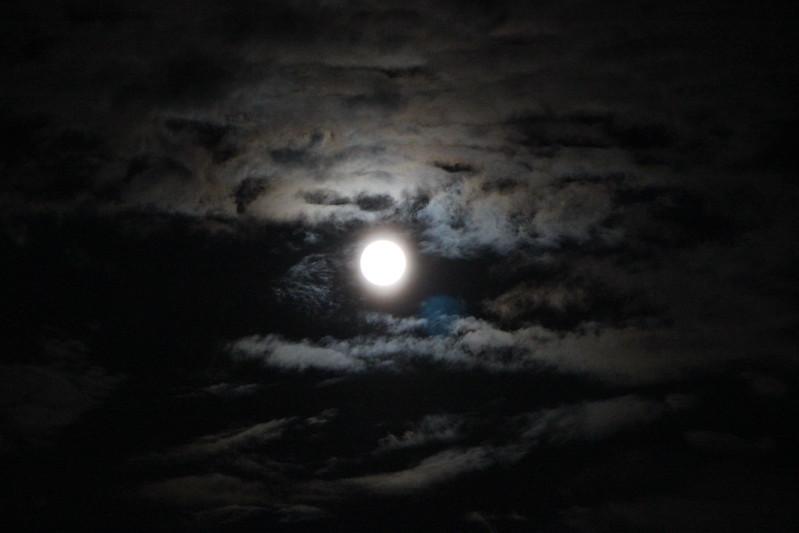 北防波堤ドームから見える月 その2