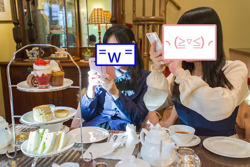 少女(?)們來到 tea room 的指定動作, 拍拍拍拍~~