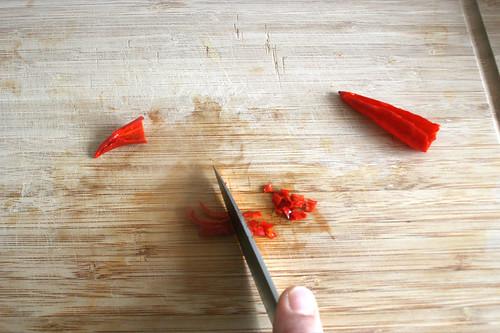 18 - Chilis zerkleinern / Grind chilis