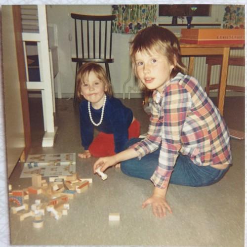 Kerstin och Anna i barnkammaren på Idrottsgatan 1973