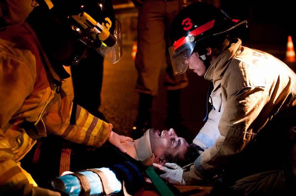 Un motociclista accidentado recibe los primeros auxilios de los bomberos voluntarios en la madrugada del 19 de febrero en la zona de la Calle Colón casi Jejuí. La víctima esa noche perdió el brazo izquierdo y se fracturó gravemente el otro, también se fracturaron las piernas. Por razones desconocidas fue a chocar directamente contra un árbol a muy alta velocidad. La víctima fue rescatada y sobrevivió gracias a la intervención de los bomberos de Sajonia que lo trasladaron al hospital de Emergencias Médicas. (Elton Núñez)