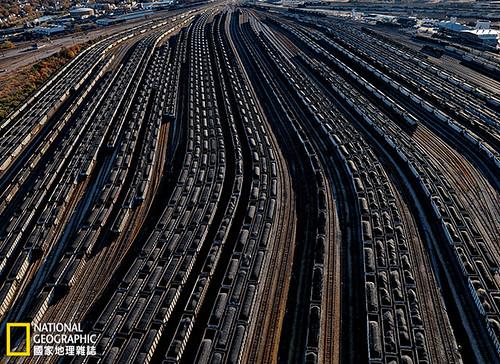 美國維吉尼亞洲,諾佛克。在蘭伯茲角的運煤炭的軌道自動車排成一列列,準備把煤裝上港口中等帶的船隻。每年都有大約2000萬噸煤炭(大約是美國總產量的2%)通過這個轉運站,大多來自阿帕拉契山區。攝影:Robb Kendrick;圖片提供:《國家地理》雜誌中文版2014年4月號