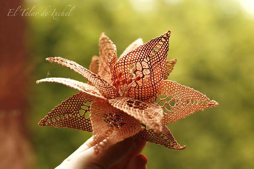 Broche-flor de encaje de bolillos