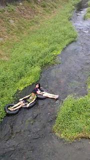 劉晉坤小時候也是在溪邊嬉戲成長的。(攝影:劉晉坤)