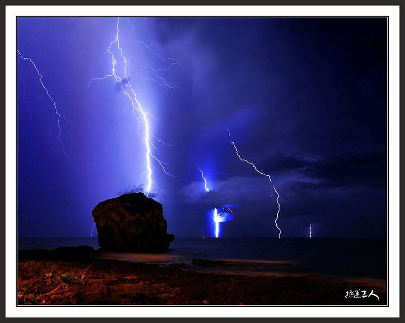 在墾丁船帆石驚遇雷擊!