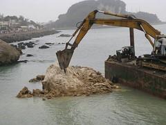 2010年高市府工務局西子灣的圍堤造陸工程 (照片提供:高雄市柴山會 )