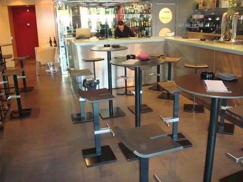 Barra con mesas altas