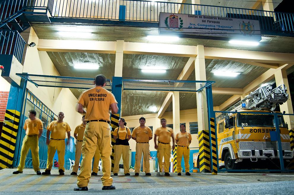 Un grupo de guardia de la noche del 17 de abril se forma y se organiza en el cuartel de la 3ra. Compañía de Sajonia donde recibirán sus respectivas asignaciones de tripular en cada uno de los móviles de la compañía. Mientras que dos de los móviles están en servicio el auto escala X-3 está operativo y presto para ser utilizado en cualquier momento. (Elton Núñez)
