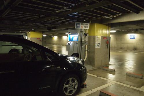 京都 醍醐駐車場で急速充電中の日産リーフ